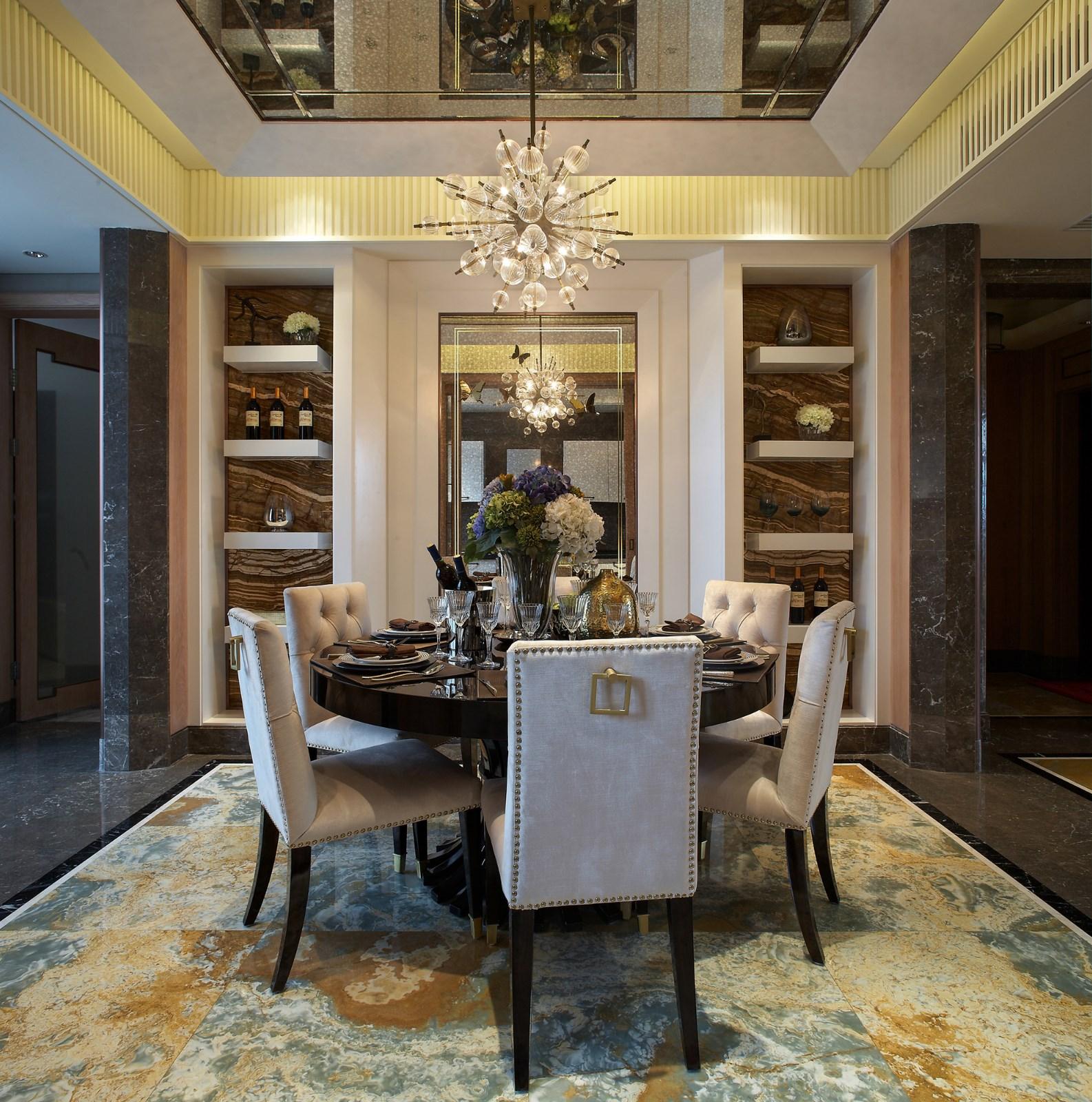 餐厅圆桌设计象征着家庭的团圆和睦,嵌入式餐边柜在节省空间的同时增加了收纳功能。