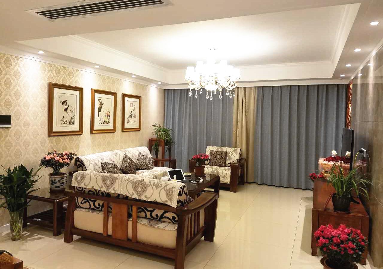 设计师在中式沉稳气派的空间氛围中,用自然的木材、细致柔美的布艺和水晶灯等古典气质元素加以点缀。