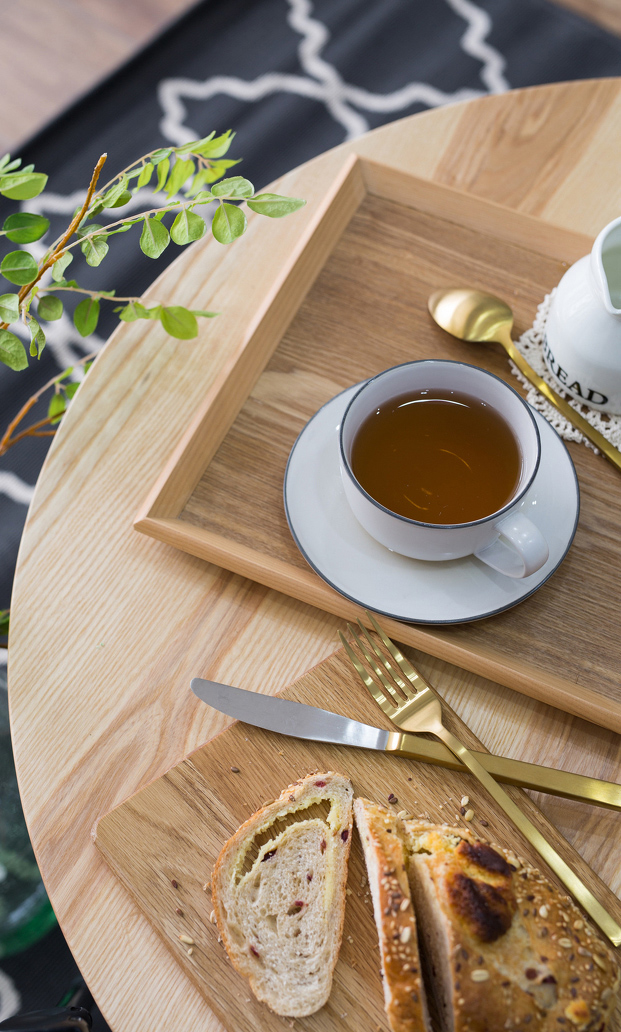 牛角面包和咖啡为伴,还是和红茶相配。