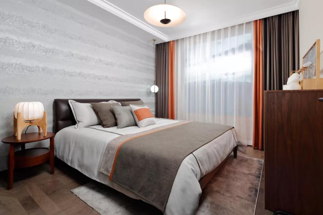 卧室采用了去繁就简的设计原理,并没有采用更多的装饰品,营造一个简单舒适的环境是非常关键的。