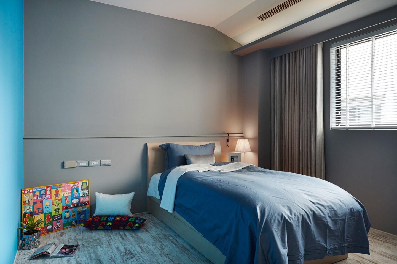 卧室简单的摆设一张床,色彩选择温馨的蓝色,预知好的心情。