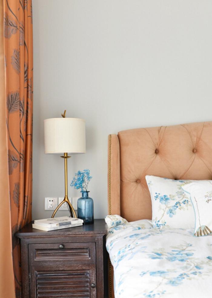 卧室整体色调比较温暖。