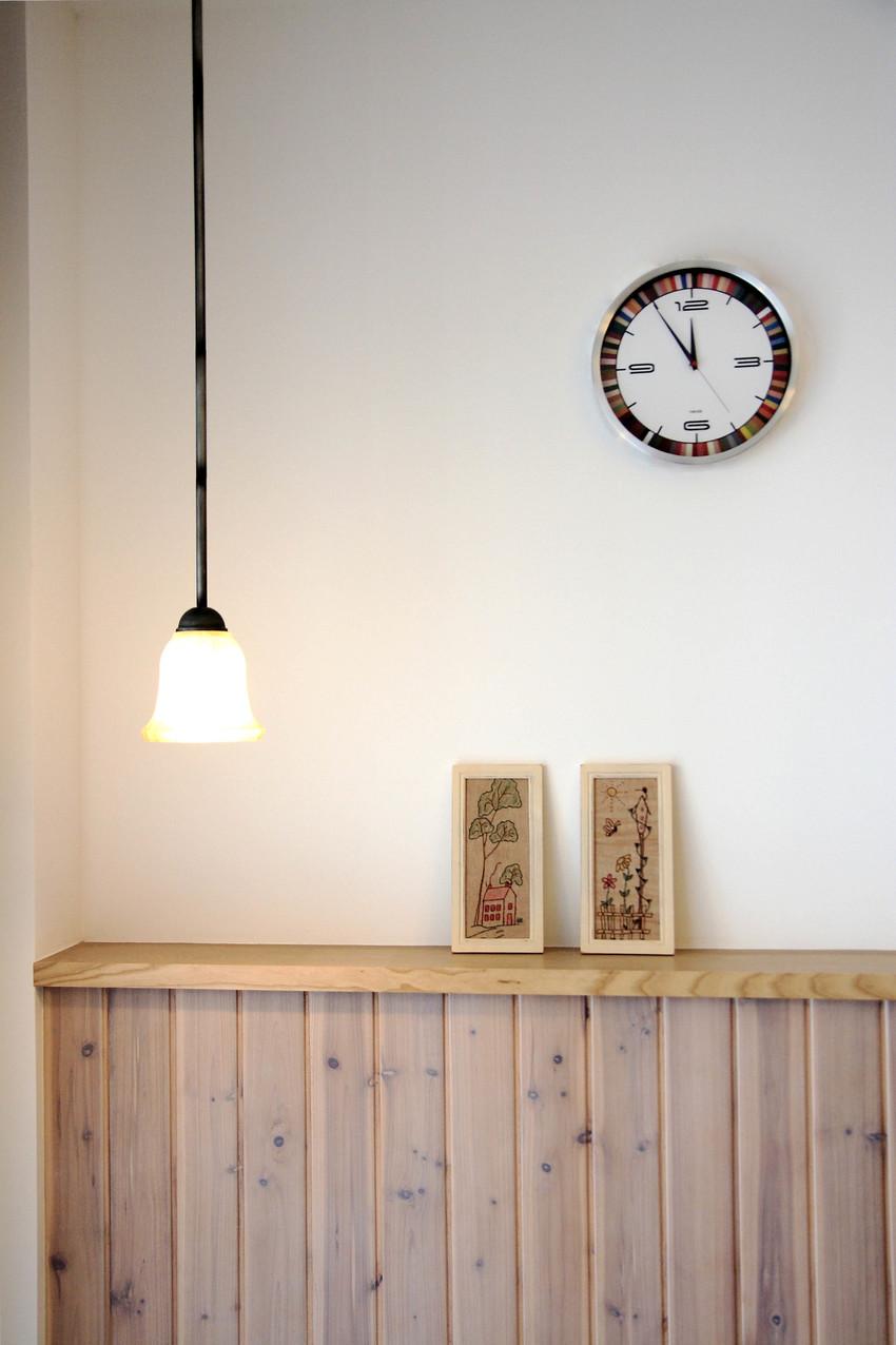 沙发旁的小吊灯设计很巧妙,摆脱了一如既往的台灯设置,柔和的灯光正好适合夜间,不会太亮影响观看效果。