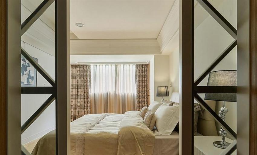 喜爱简约干净的女孩房中运用简洁笔触勾勒适宜生活比例,并透过软装寝饰的搭配营造温馨氛围。