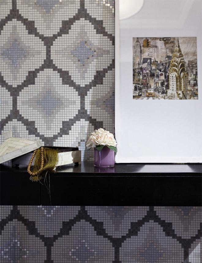 走进大门,一块后现代的窗格元素马赛克背景入眼球,整体以灰色与白色为基调,灰白相间的瓷砖,大理石墙面为