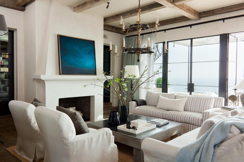 客厅中这边放置着清晰线条的布面座沙发,搭配上灰色的简易抱枕,整个地中海的海洋之风。