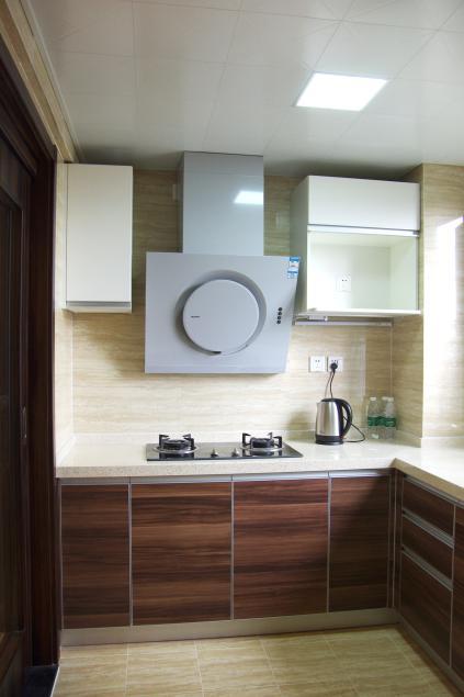 爱空间标配的厨房,简约但又可以满足功用。
