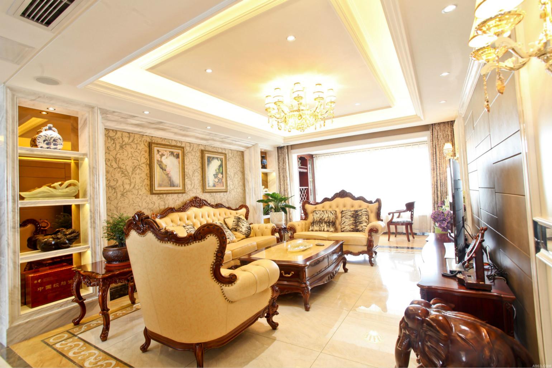 皮质的沙发,木质的茶几,绿色的花点缀着整个客厅的别致
