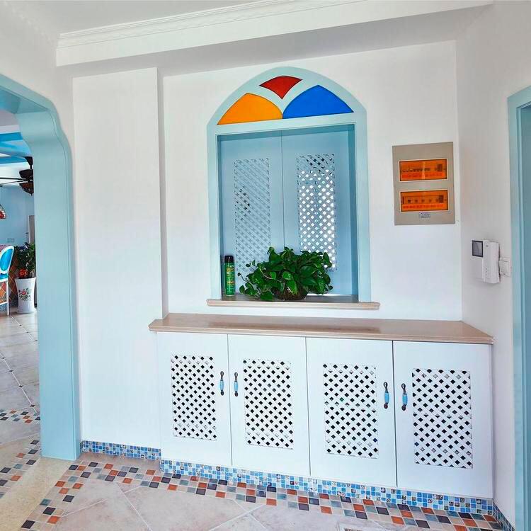 墙面使用小碎花壁纸美化,增添女性偏好的柔美质感。