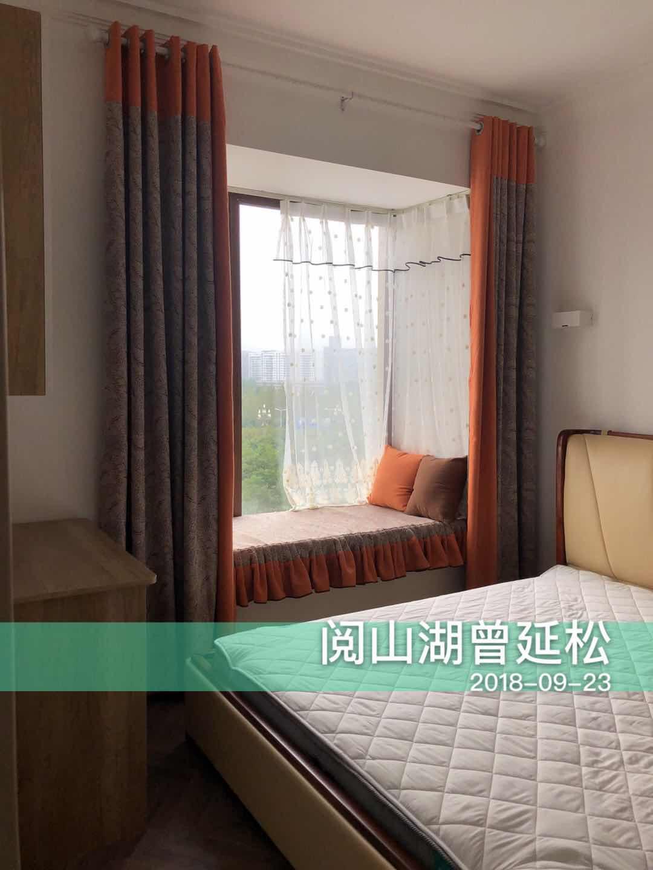 次卧空间较小,简单的床及置物柜满足日常所需,精心布置的飘窗也可以作为一个舒适的休息区域。