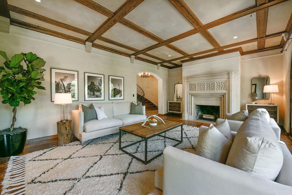 客厅以铜色木质上顶和白色布艺沙发为主,空间整体简单时尚。