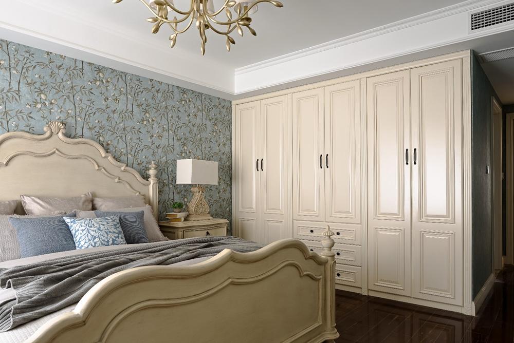 卧室背景墙壁纸充满欧式风情,装饰一味浓郁,米色床头与灯具点亮了整个空间。