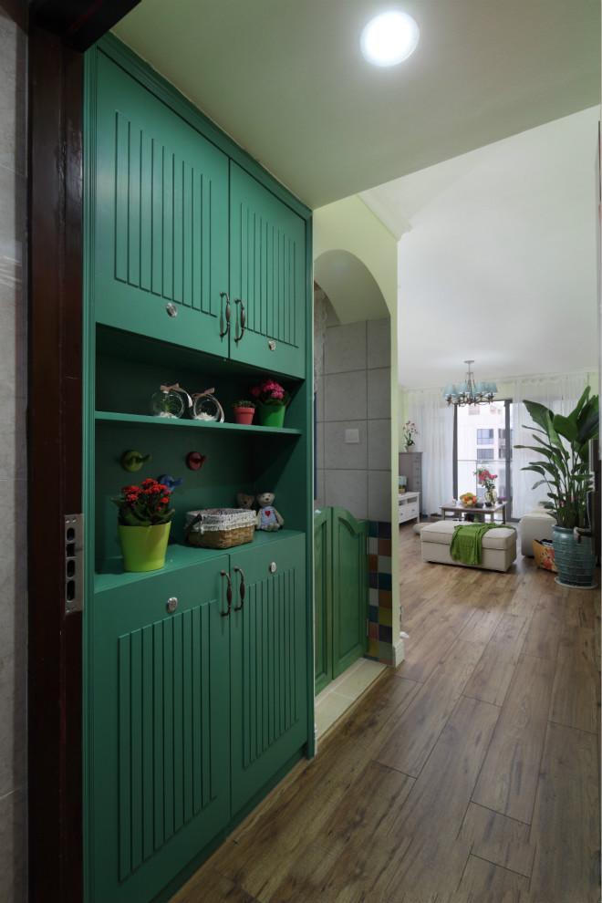玄关比较简单实用,绿色收纳柜的搭配,进门就给人春天般的气息。