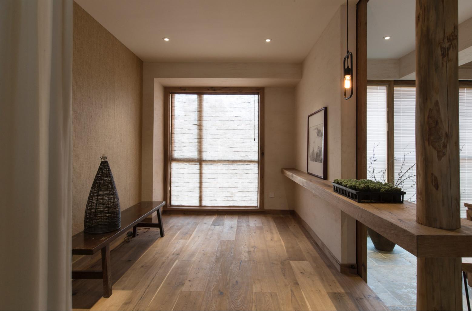 一进来之后就是原木色,地面同铺原木的地板,原木的玄关柜,,柜子旁边摆放了一盆绿植,自然清新的气息