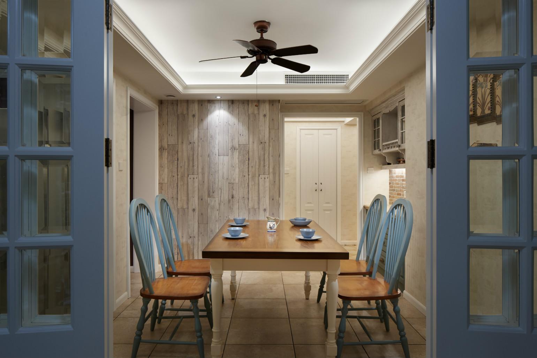 餐桌挑选了和现场制作的柜体同样的木质和颜色,桌椅的造型都很简洁,更能搭配整个空间,使空间更协调