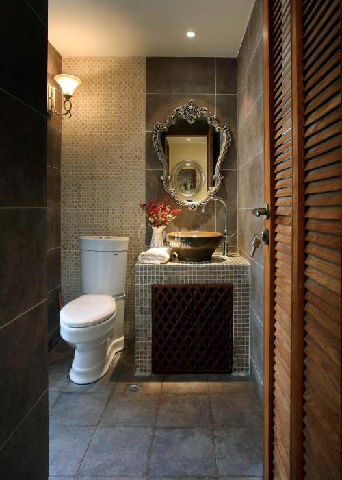暖黄色的壁灯,花瓣状的欧式镜子,让这个卫生间格调很不一样!