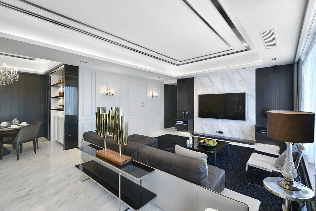 客厅中电视的背景墙以黑白相间的大理石装饰,黑白经典的搭配,简约而大方。