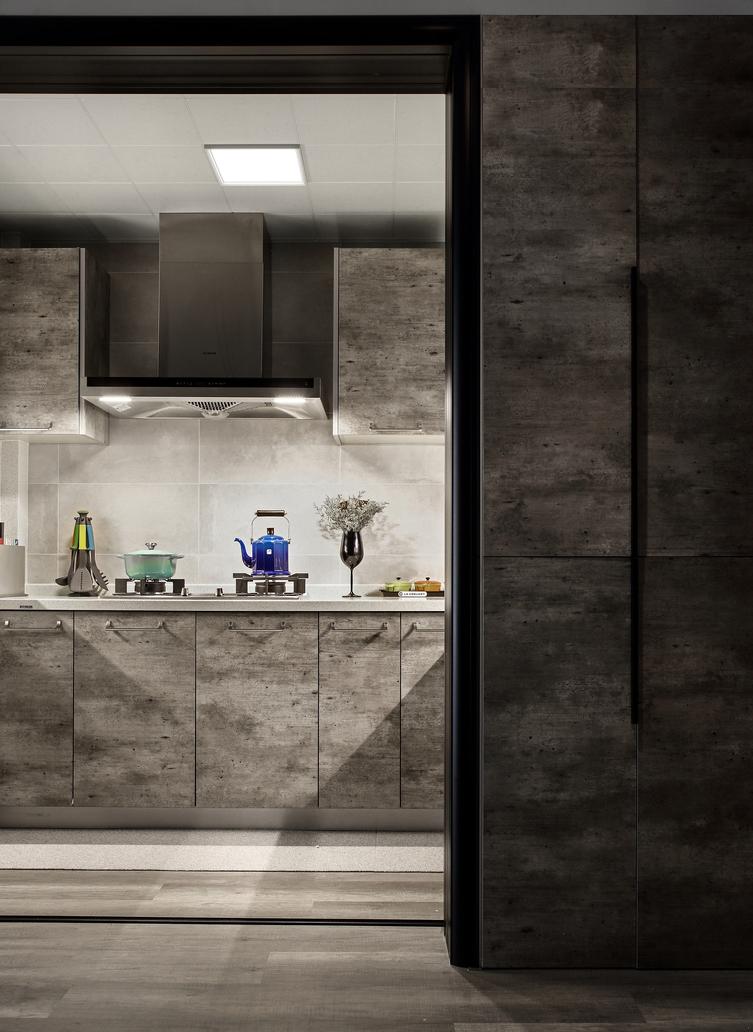 厨房空间的主色调以灰色为主,柜门做旧的材质,营造出工业复古的感觉。