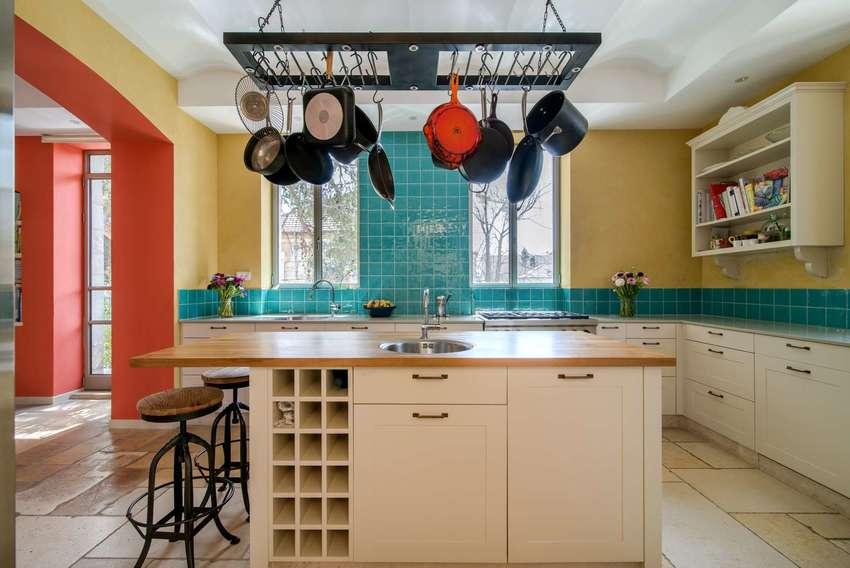 非常典型的厨房中岛特别适合开放式厨房,挂起来的锅让厨房多了一点艺术感。