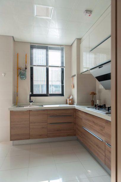 L型橱柜设计,方便实用,白色的地砖与墙面让视野更加开阔。