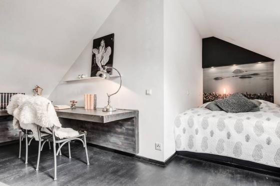 二层空间格局不正且空间狭小,设计师充分利用空间,将卧床、写字台一一摆放,不可缺少混凝土元素。