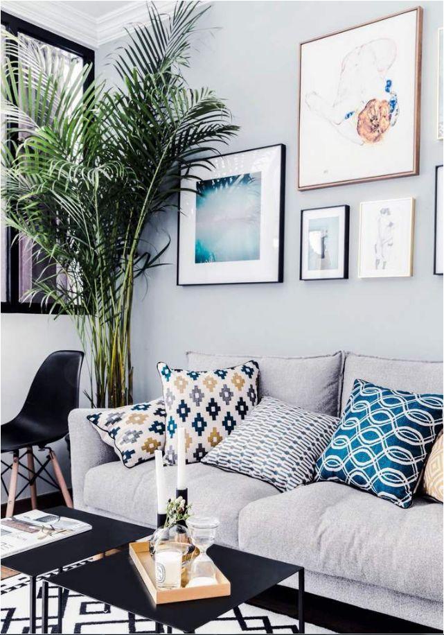 简单的挂画刷上了乳胶漆的墙面,墙面颜色和沙发相互呼应;几种颜色都是都市北欧风中常见的色彩搭配。