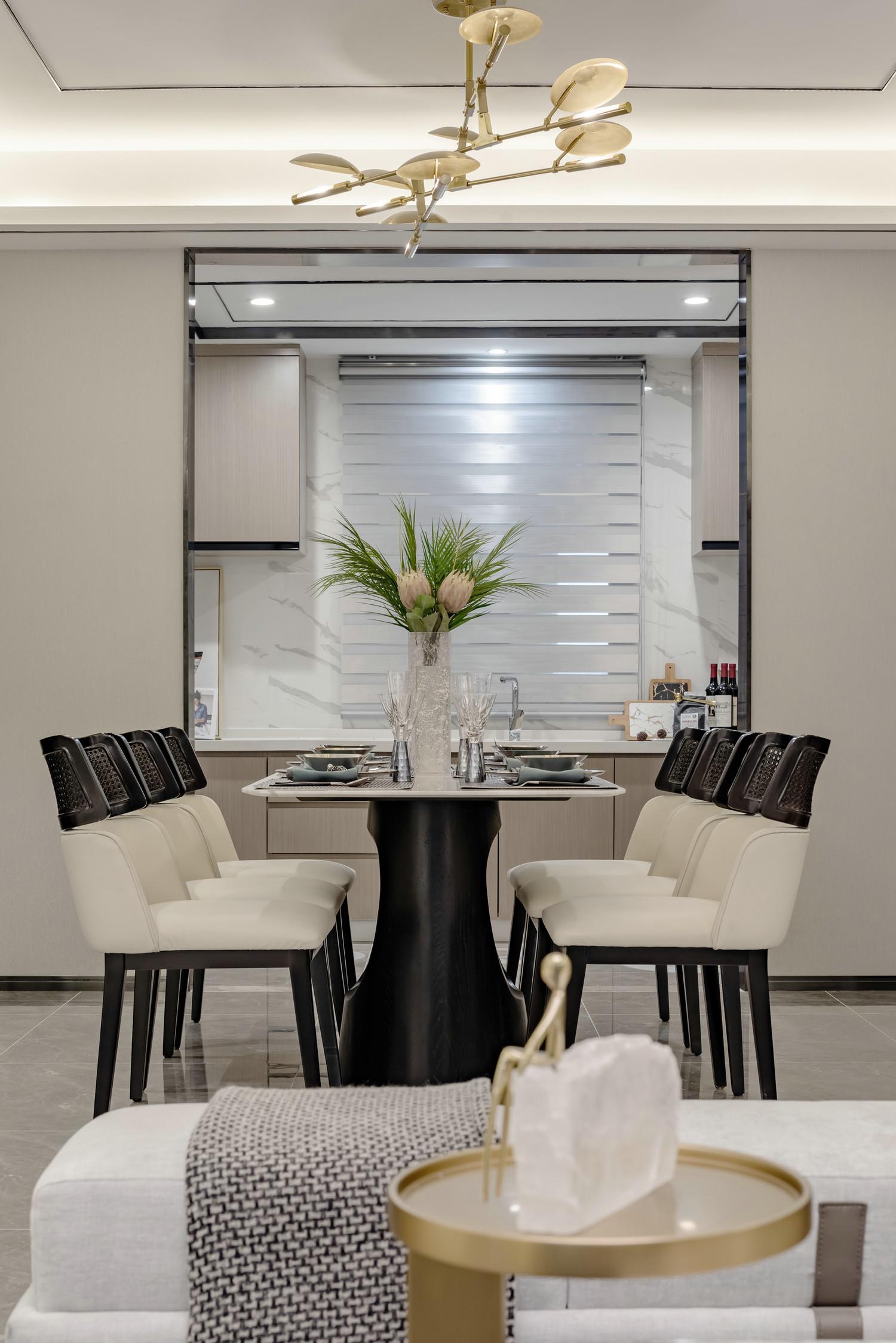 餐厅紧邻窗户,用餐过程中也能享受阳光,设计师在窗边巧妙打造收纳柜,搭配窗台满足收纳也能进行装饰。