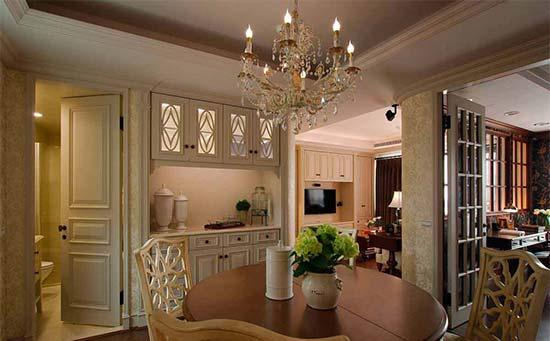 客厅进入餐厅的转折立面,以弧形修饰尖锐的直角,在视觉上更为圆润流畅。