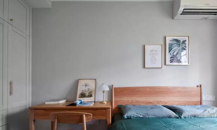 蓝绿色的床上用品和窗帘,自然清新,以不失优雅复古的气质。