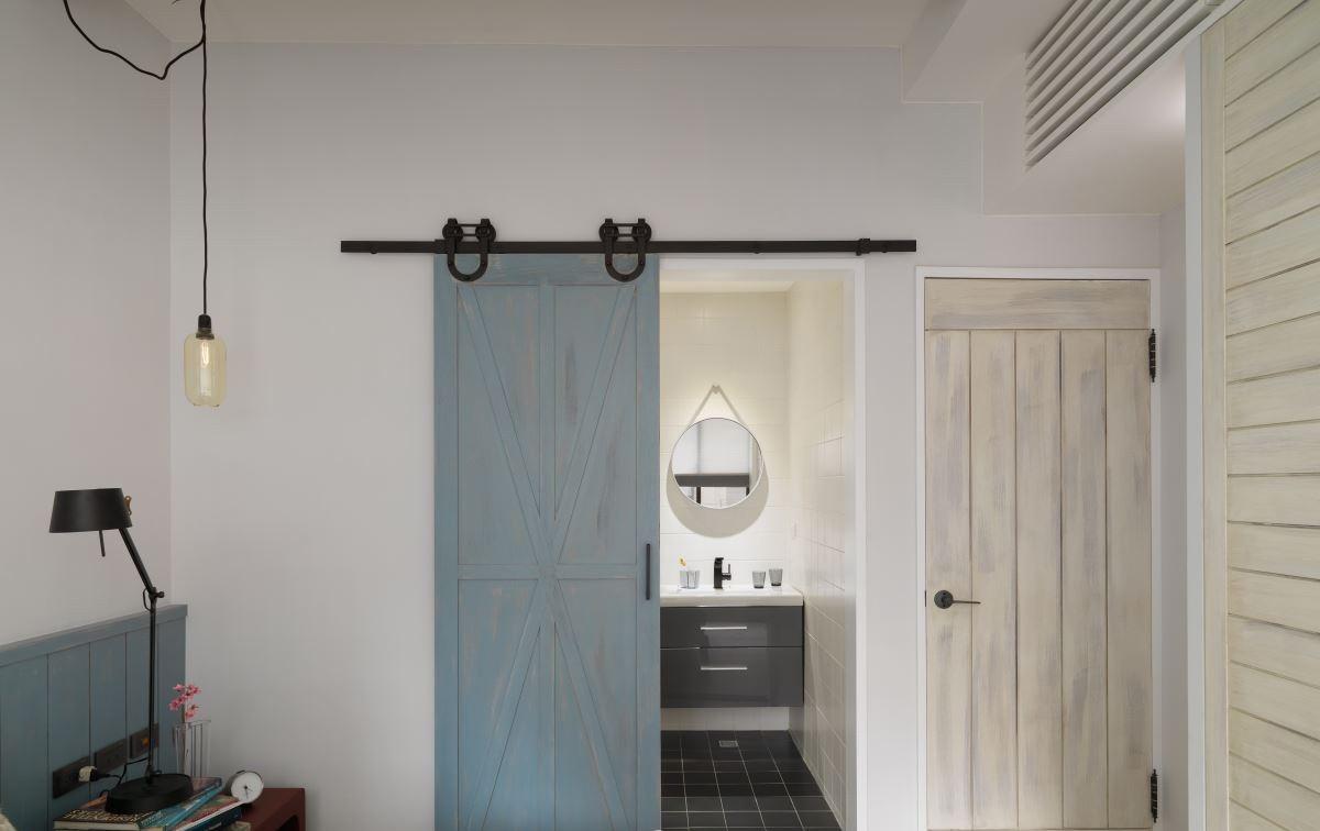 卫生间干湿分离,在洗手台上做了充足的收纳空间
