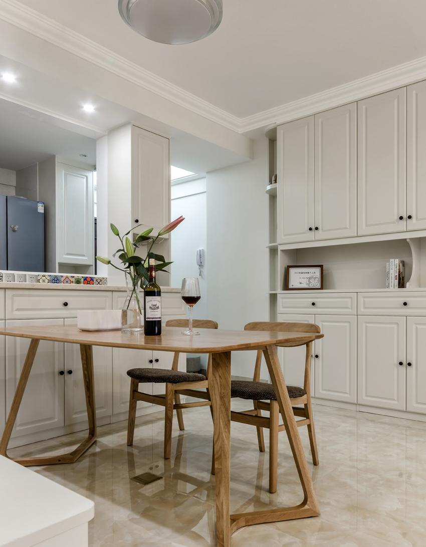 餐厅和厨房之间的隔墙做了一排边柜,即有强大的收纳功能又有一定的美观度。