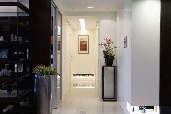 在衔接客厅的入口加大,视觉上整个长度似乎变短了,而端景与入口转角也做了内凹的设计。