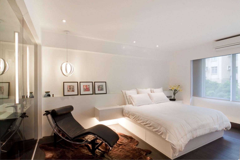 卧室还是以简单为主,简单洁净,白色的床品,很符合业主的独特装饰