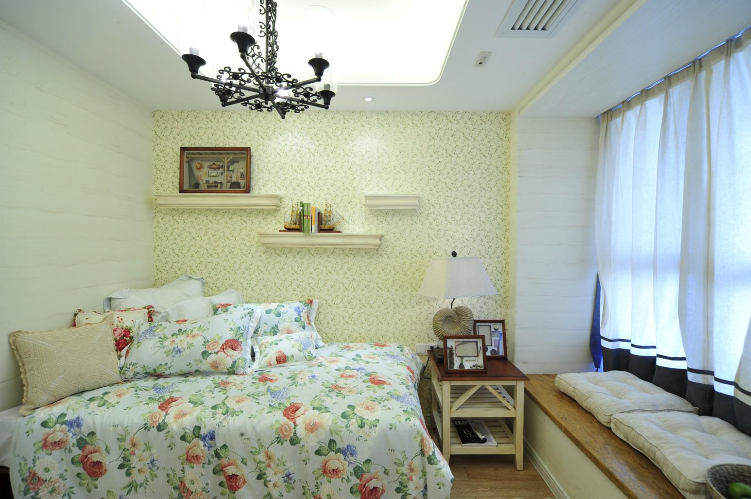 卧室原木的家具比较环保,床品还是挺有植物色彩的。