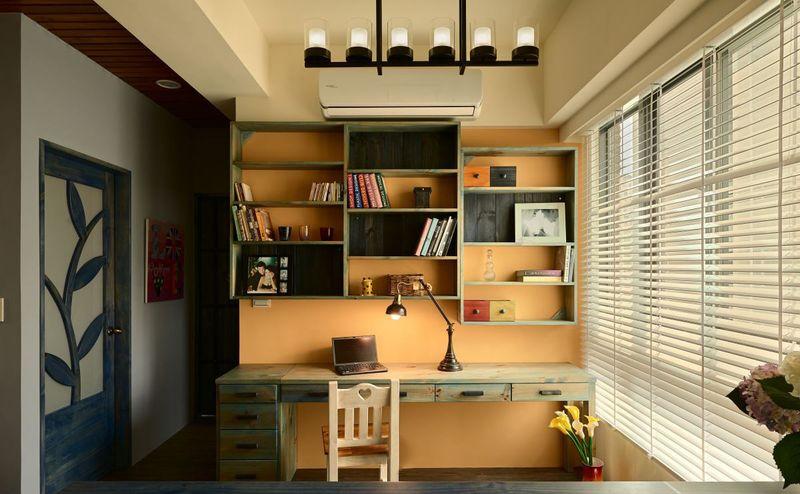 书桌造型、色彩复古,给人一种沧桑感。