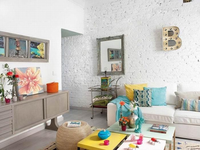 将建筑原先的墙面保留下来,其中一面墙仅作简单的粉刷,砖墙的缝隙仍然隐约可见。