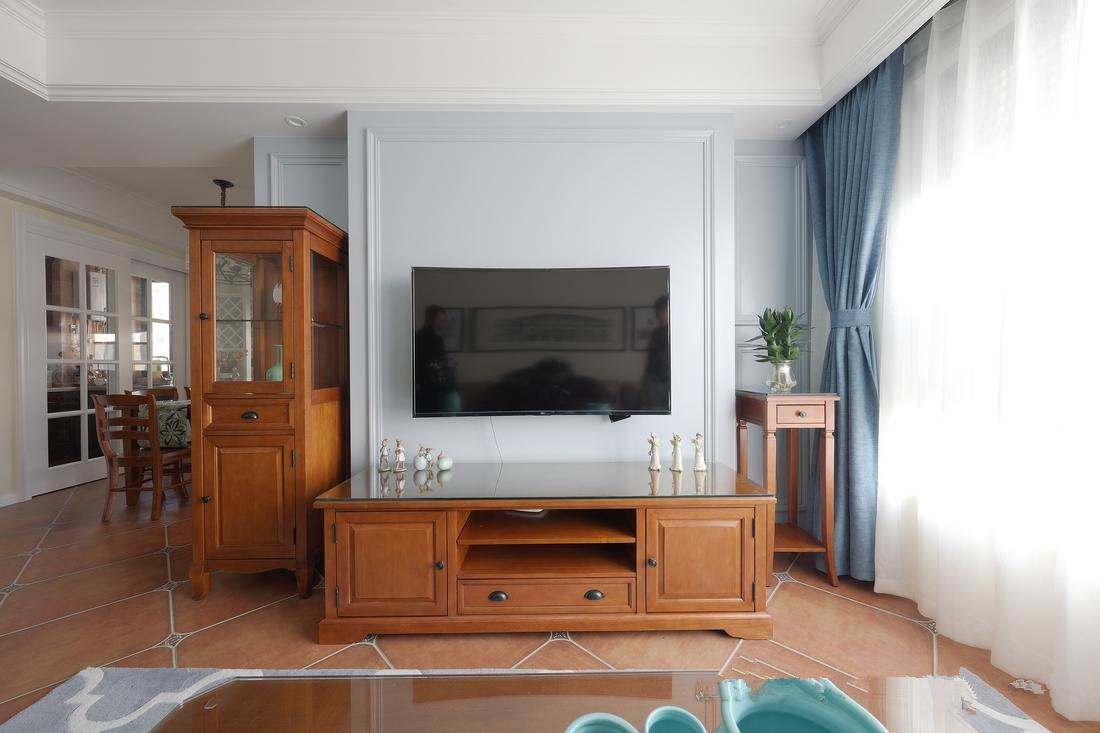 大窗户增加了采光,原木色电视柜让客厅更具自然感。