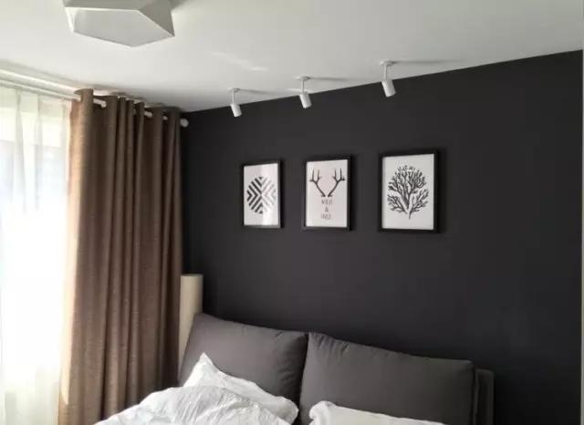卧室也以深灰色为主调,配合棕色的棉麻窗帘,很有质感。