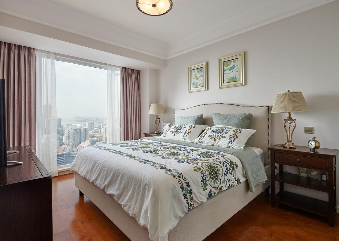 主卧内,南向的大落地飘窗不仅使空间看起来更加开阔,也将美景收纳入室。