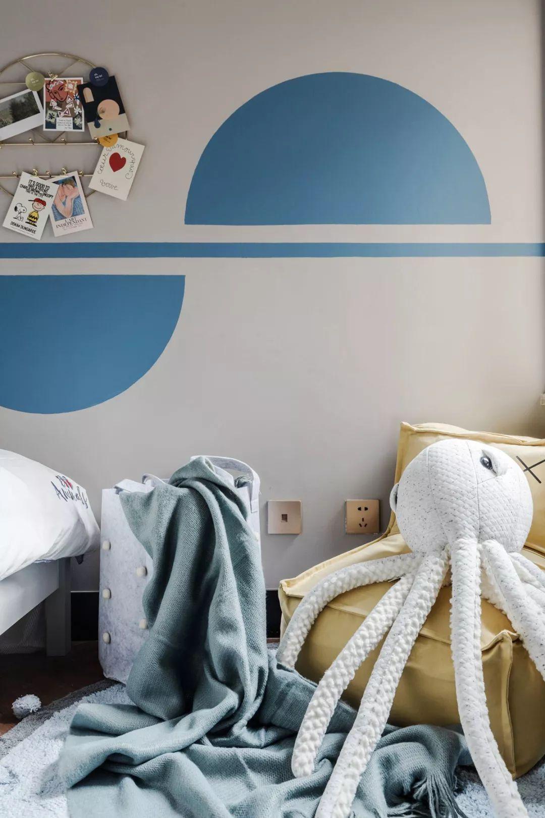 八爪鱼抱枕、还有梦幻的灯串,营造出一个活泼轻松的儿童空间。