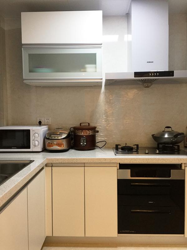 标准化套餐下的厨房,与主体风格一点也不冲突,日常生活中使用起来,得心应手。