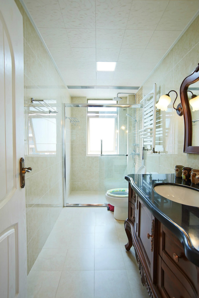 延续了整个房子简单的木质基调,瓷砖用了方木色,让整个卫生间,看起来简单有质感。