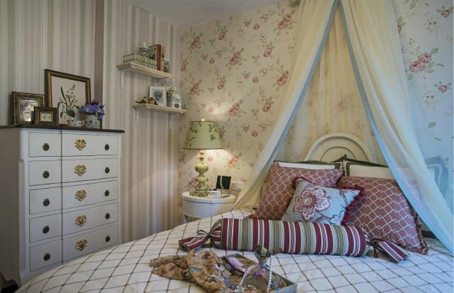 白色帷幔让卧室呈现出仙境般的感觉,碎花的背景墙带着点小清新,让生活更放松。