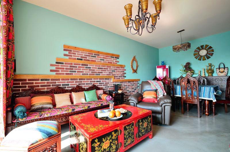 多彩的客厅,充满异域风情的沙发和茶几,让人眼前一亮,色彩方面,也只有异域风格才敢这么艳丽多彩。