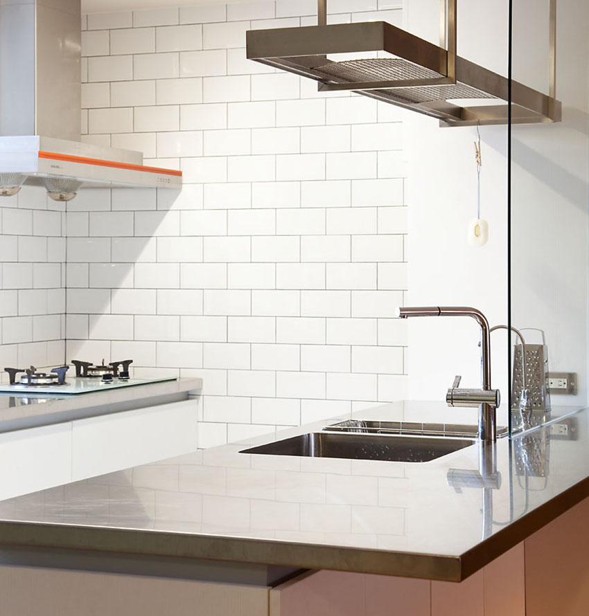 金属的早台面,加上纯白的墙面瓷砖,冷冷的感觉,典型工业风表露无遗。