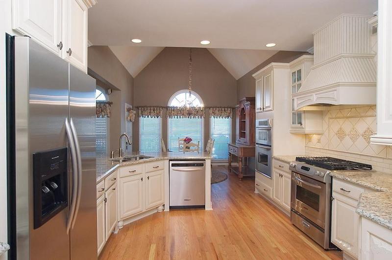 厨房很大,设计师布置了许多收纳空间,使不太规整的空间,有着强劲的实用性。