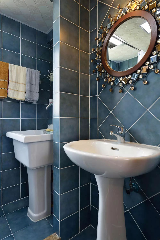 卫浴内的海蓝色与卫浴外的大地色形成对比,而珠光宝气的梳洗镜和复古彩绘磨砂玻璃形成呼应。