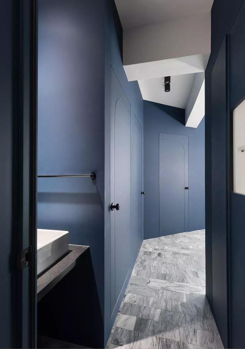 本案例走廊都采用普蓝色打造,给人深邃的空间感。走廊尽头便是卫生间干区。