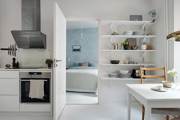 简约风格的厨房,在窗口旁设有开放式的层架和一张小桌子。
