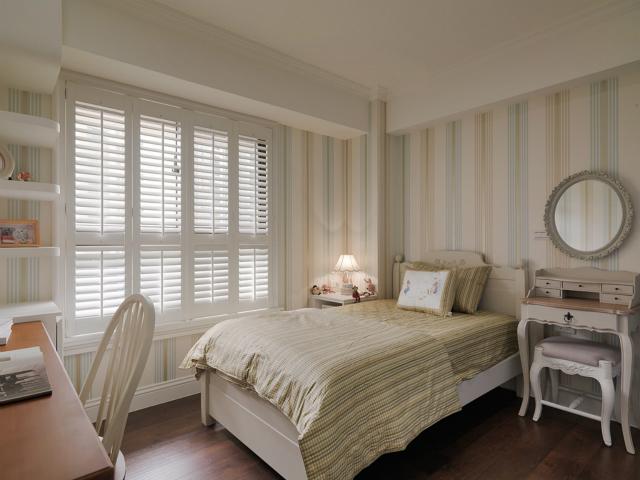 不论是墙纸还是床品都选用了条纹设计,浓厚的田园味道,让空间清新了不少,同时整体协调一致,和谐自然。
